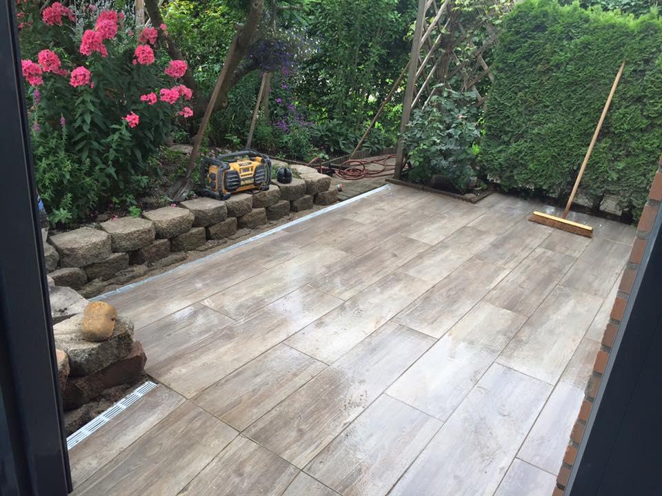 Terras Keramische Tegels.Terras Gerealiseerd Van Keramische Tegels Wood Look Oak